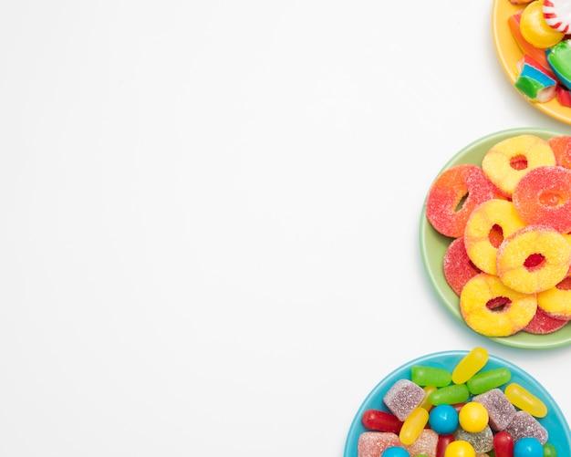 Kommen met geleivruchten en snoepjes