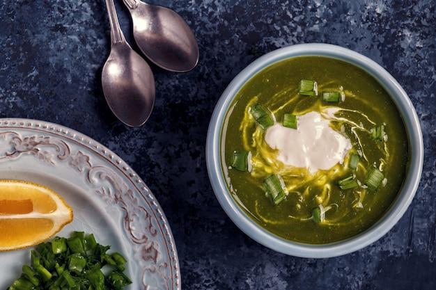 Kommen met groene soep van broccoli, spinazie en erwt