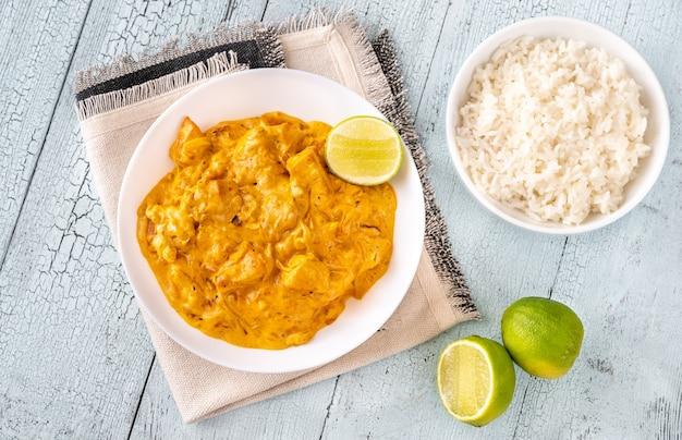 Kommen met kipkerrie en gekookte witte rijst