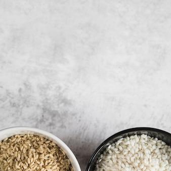 Kommen met rijst op wit bureau