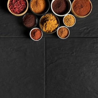 Kommen met specerijen en kopie-ruimte
