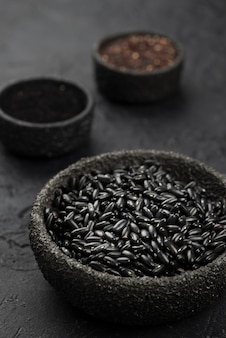 Kommen met specerijen en zwarte bonen