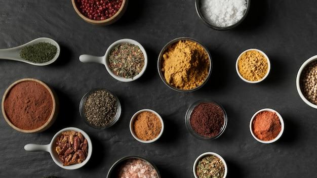 Kommen met specerijen op tafel