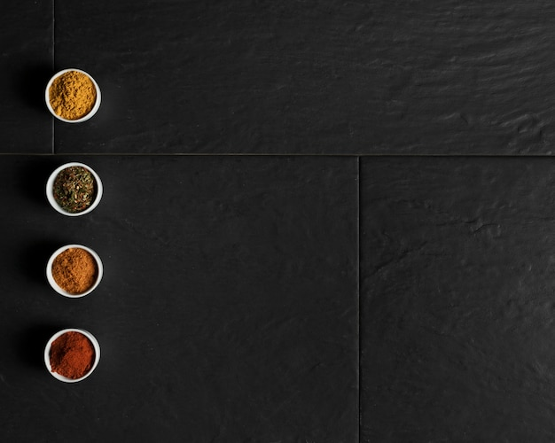 Kommen met specerijen