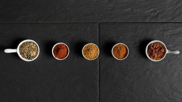 Kommen met uitgelijnde specerijen