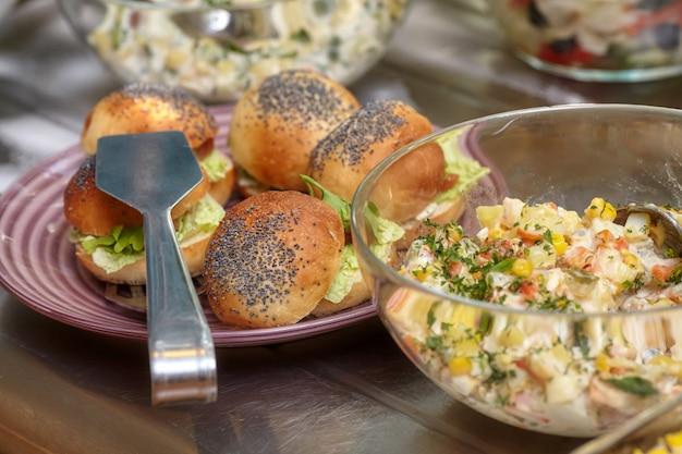 Kommen met verschillende gerechten in zelfbedieningsrestaurant