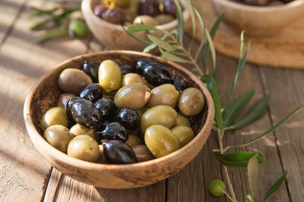 Kommen met verschillende soorten olijven: groene zwarte kalamata-olijven met olijfolie
