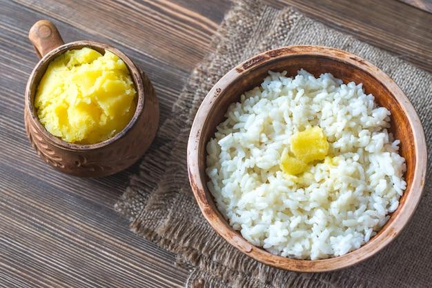 Kommen rijst en ghee geklaarde boter