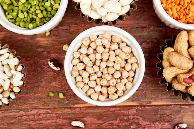 Kommen van verschillende bonen en peulvruchten.