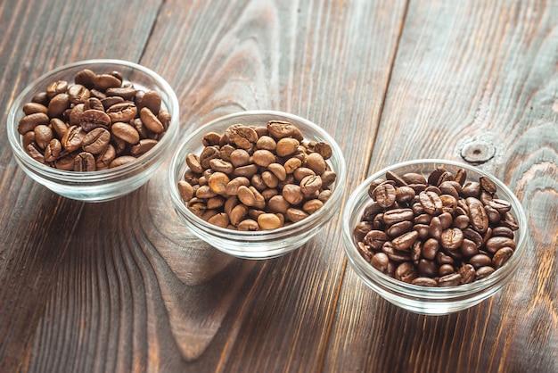 Kommen van verschillende soorten koffiebonen