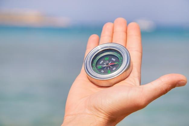 Kompas aan de zeekust