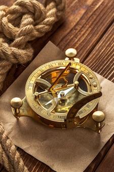 Kompas en touw op houten tafel. detailopname