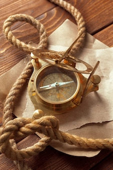 Kompas en touw op houten tafel