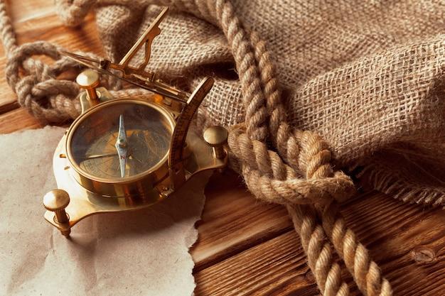 Kompas en touw op oude houten planken