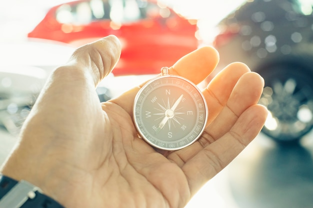 Kompas houden op onscherpe achtergrond. achtergrond of achtergrond gebruiken