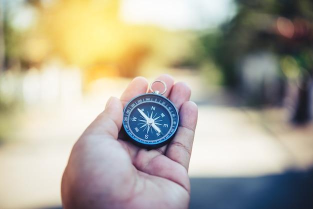 Kompas in de hand. toeristen houden een kompas vast en zoeken een plaats