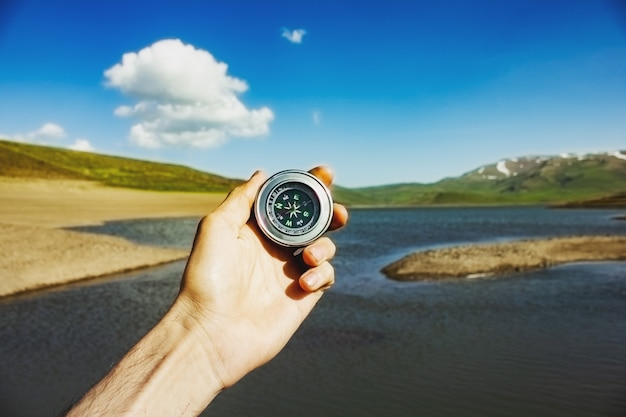 Kompas in hand in de natuur