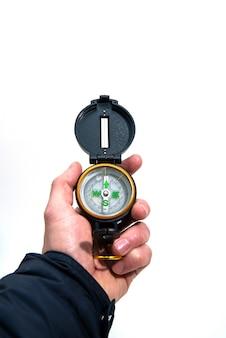 Kompas in zwarte rand in de mannenhand