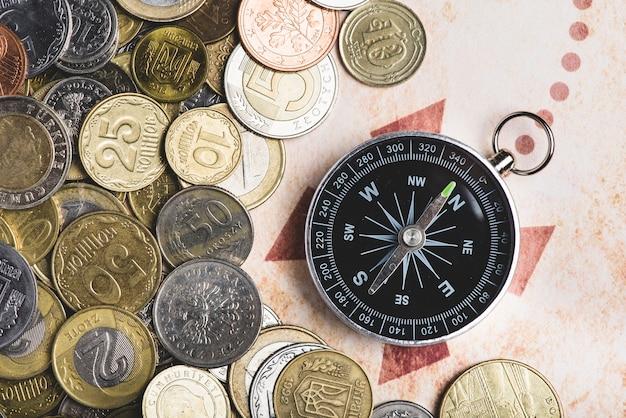 Kompas met verschillende munten