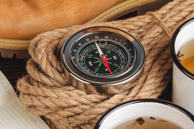 Kompas omgeven door gereedschap voor berguitrusting