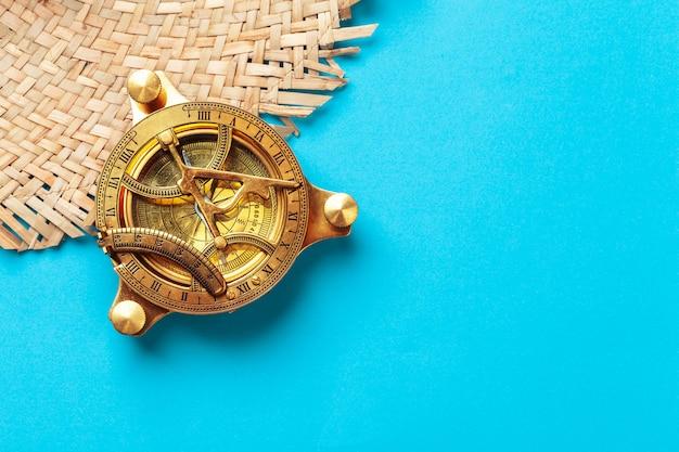 Kompas op blauw bovenaanzicht mockup