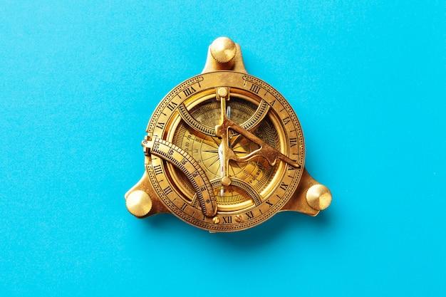 Kompas op blauw, bovenaanzicht