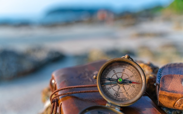 Kompas op bruine zak