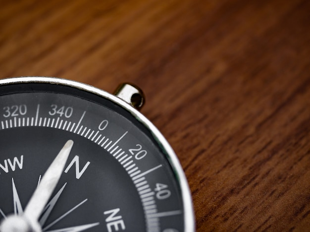 Kompas op de bruine houten tafel