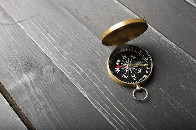 Kompas op de houten tafel