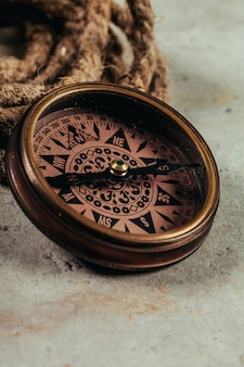 Kompas op een grijs kleurverloop