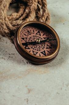 Kompas op een grijs verloop