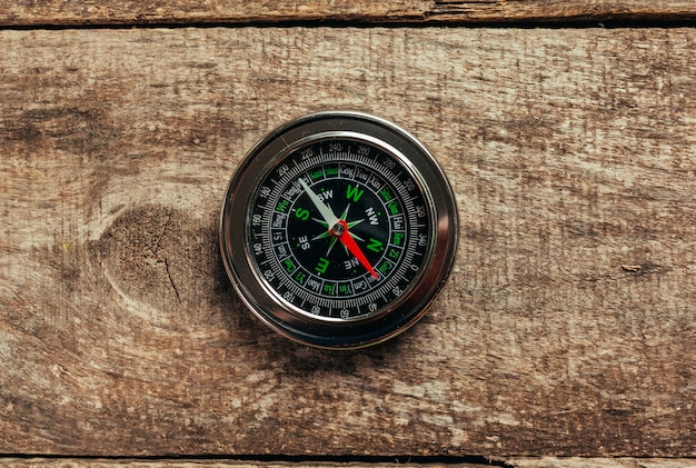 Kompas op een houten dek
