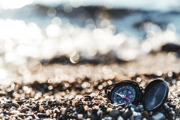 Kompas op een zandstrand
