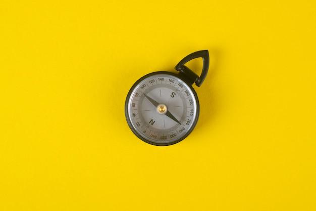 Kompas op geel.