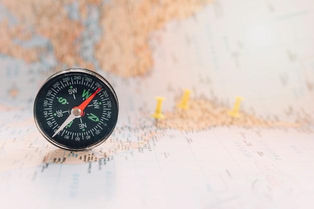 Kompas op onscherpe kaart