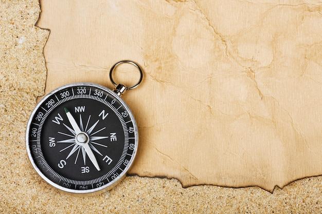 Kompas op oud papier tegen