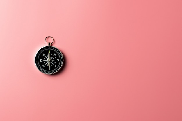 Kompas op roze achtergrond.