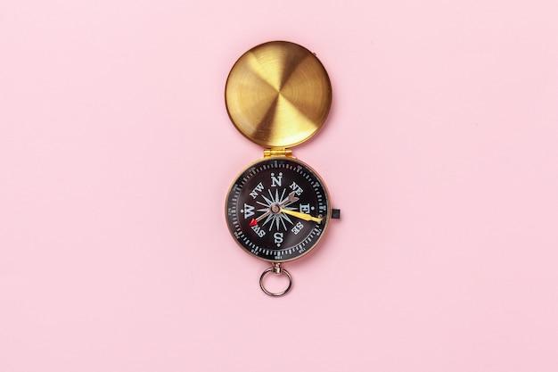 Kompas op roze, bovenaanzicht