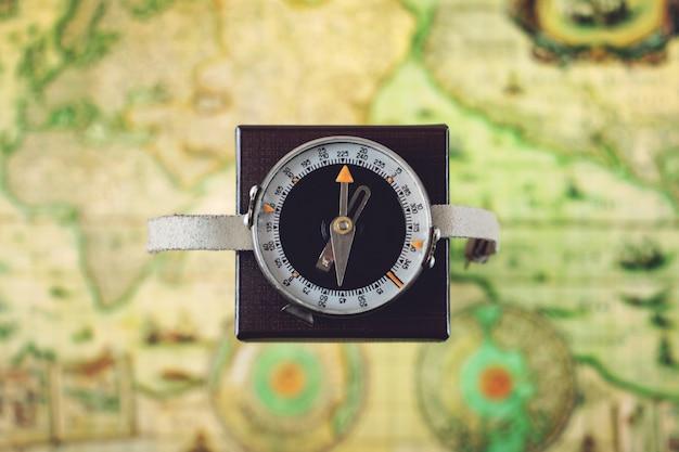 Kompas op weg naar het noorden op vierkante doos