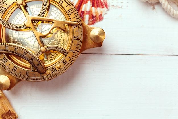 Kompas op witte houten tafel achtergrond