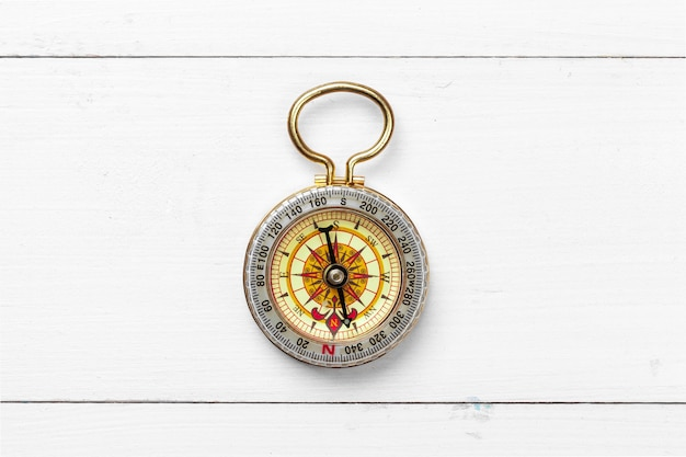 Kompas op witte houten tafel