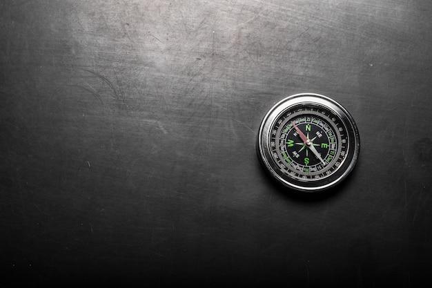 Kompas op zwarte bordachtergrond