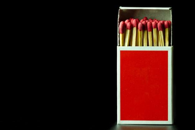 Komt overeen met stok in rode papieren doos