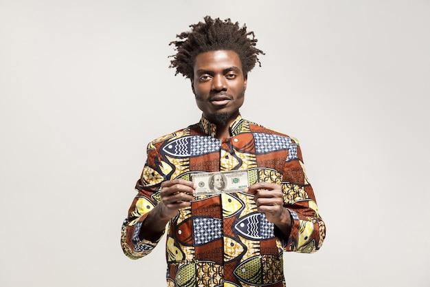 Kongo-zakenman die één dollar vasthoudt en naar de camera kijkt