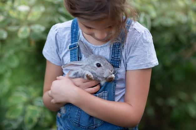 Konijn in de handen van een kindclose-up