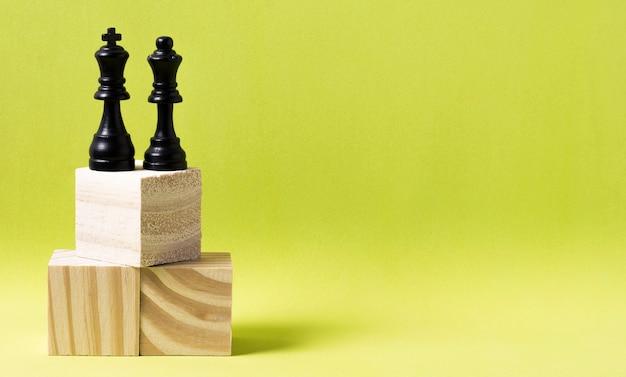 Koning en koningin stukken schaak op houten kubussen met kopie ruimte
