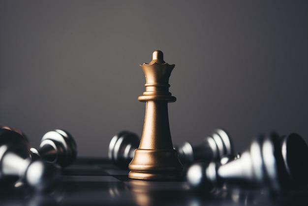 Koning en ridder van schaakopstelling op donkere achtergrond.
