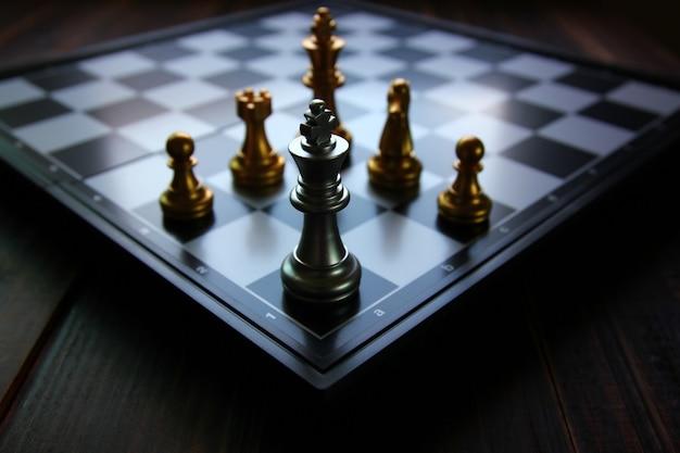 Koning schaken in de hoek van het schaakbord op schaakspel
