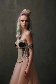 Koningin. mooie blonde met een gothic jurk gemaakt van goud en zwarte draden. concept van fantasie.