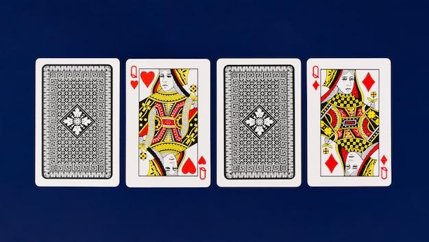Koningin speelkaarten met effen blauwe achtergrond voor poker en casino copyspace